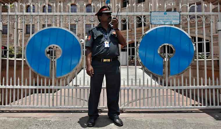 Employees of the country's largest SBI bank felt the biggest tweak will give 30 thousand employees this ... 69